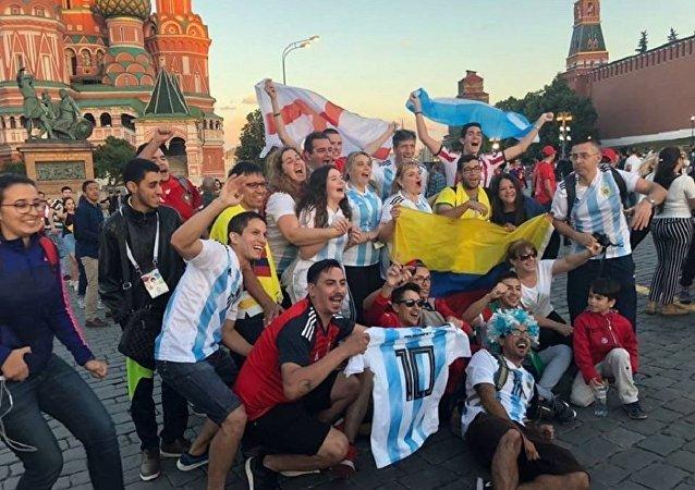 Des fans de footbal près de la cathédrale de Basile-le-Bienheureux