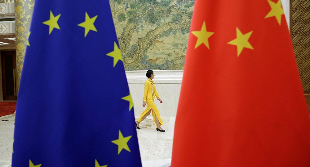 Drapeaux de la Chine et de l'UE