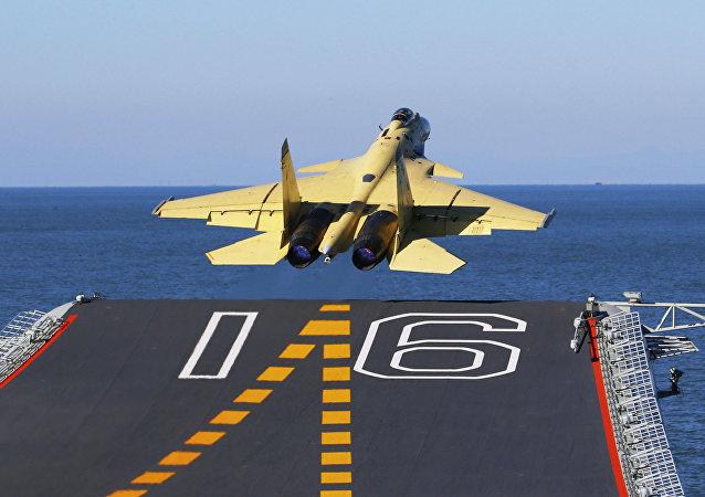 Ein J-15 Kampfjet am Deck des chinesischen Flugzeugträgers Liaoning