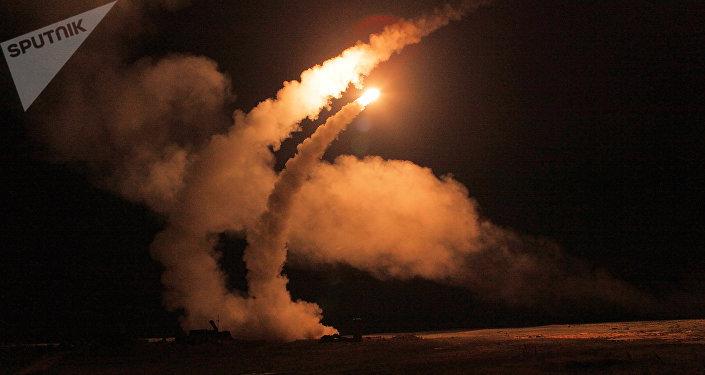 Un tir nocturne de missiles S-400 Triumph sur un polygone russe