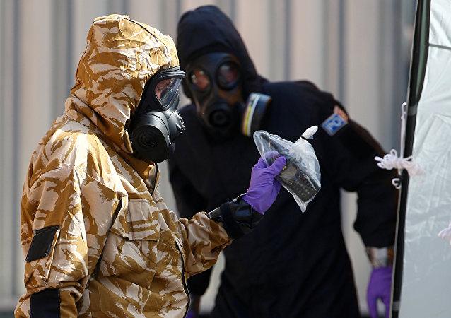 Inspecteurs sur le lieu de l'empoisonnement à Amesbury