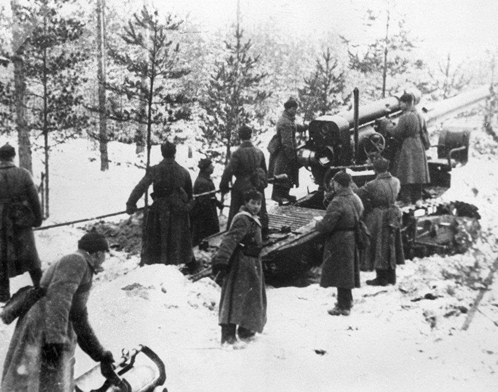 Des soldats de l'armée rouge ont bombardé les fortifications finlandaises