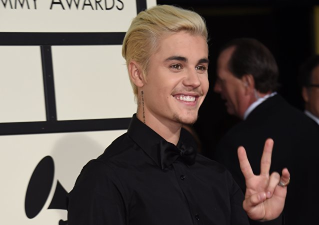 Singer-songwriter Justin Bieber (R) arrives on the red carpet for the 58th Annual Grammy music Awards in Los Angeles February 15, 2016.