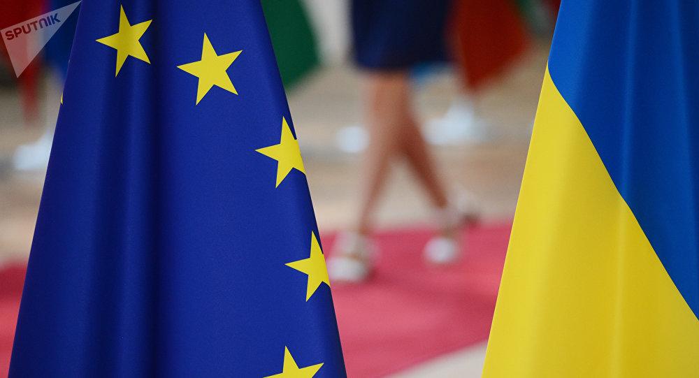 Les drapeaux de l'UE et de l'Ukraine