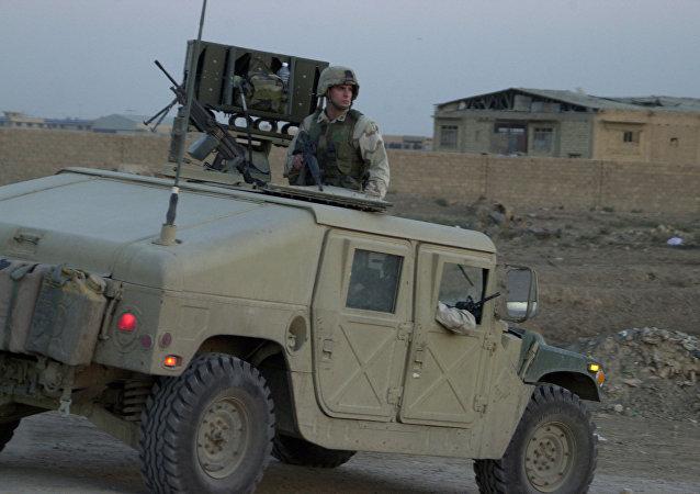 Un soldat américain à bord d'un Humvee