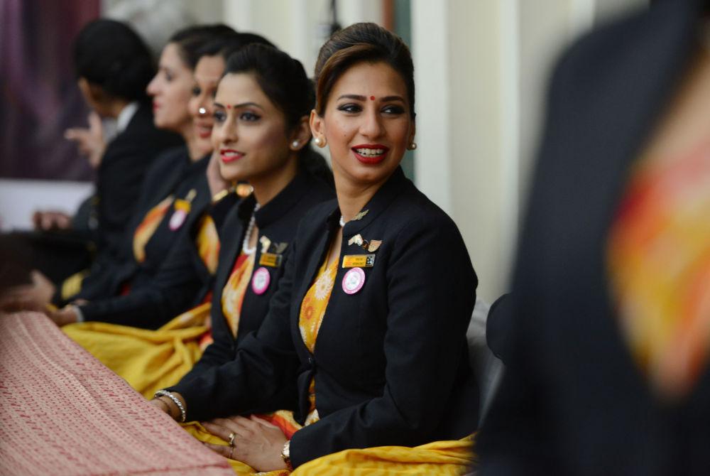 Des belles hôtesses de l'air tout autour du globe