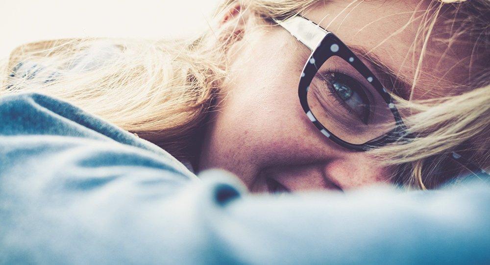 Une femme en lunettes