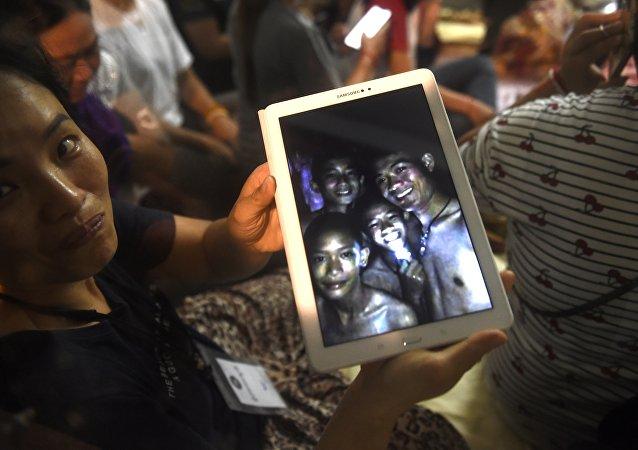 La mère de l'un des enfants montre la photo de son fils
