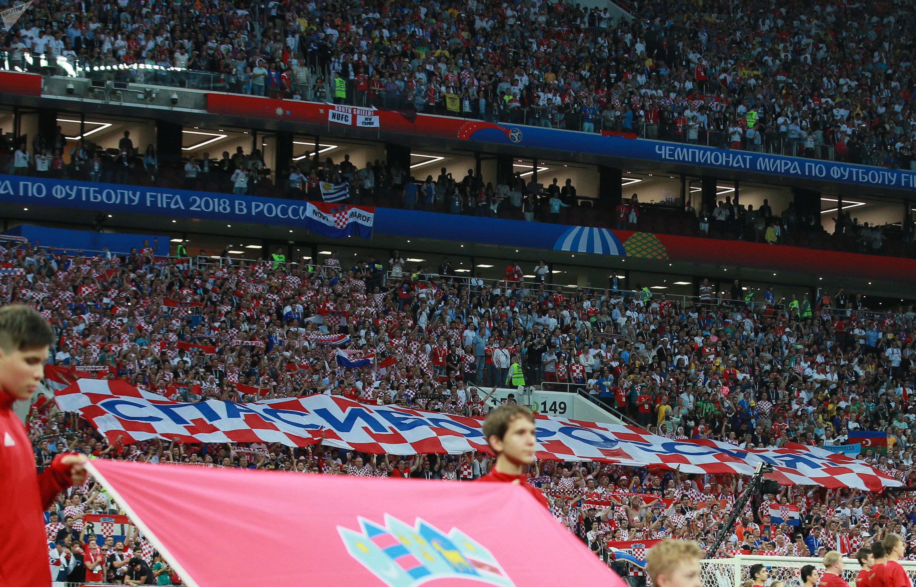 Des supporters de l'équipe croate ont préparé une bannière de 50 m sur laquelle est écrit en russe «Merci la Russie»