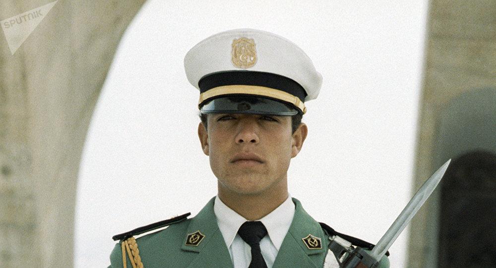 Une sentinelle devant le monument de lIndépendance à Alger