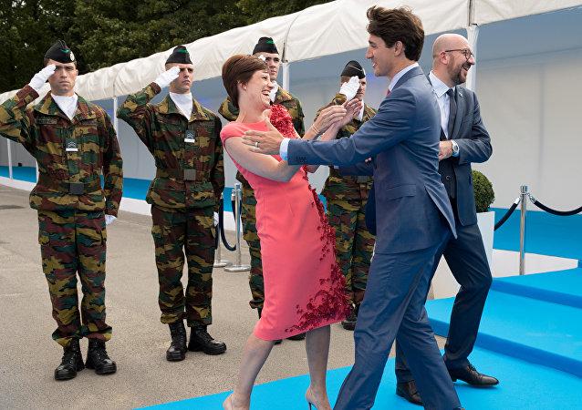 Justin Trudeau et Amélie Derbaudrenghien, compagne du Premier ministre belge, en marge du sommet de l'Otan à Bruxelles