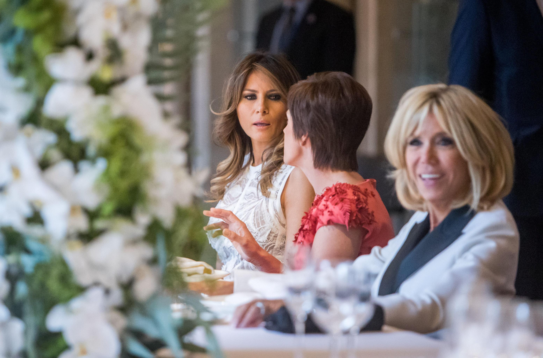 Гражданская жена премьер-министра Бельгии Амели Дербаудренгьен, первая леди Франции Брижит Макрон и первая леди США Мелания Трамп на саммите НАТО в Брюсселе