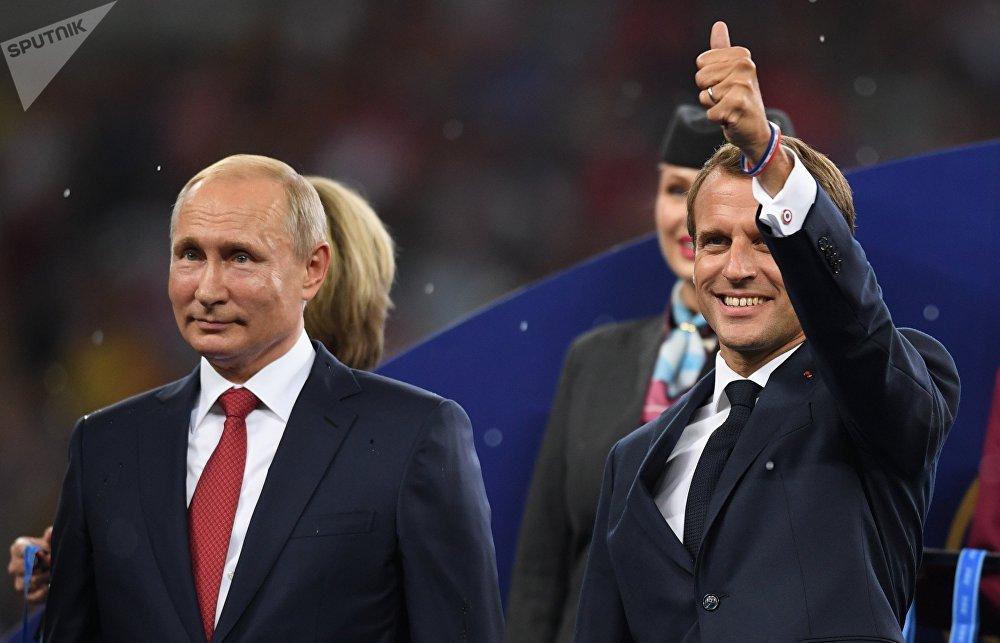 Les Présidents Poutine et Macron lors de la cérémonie de remise des prix