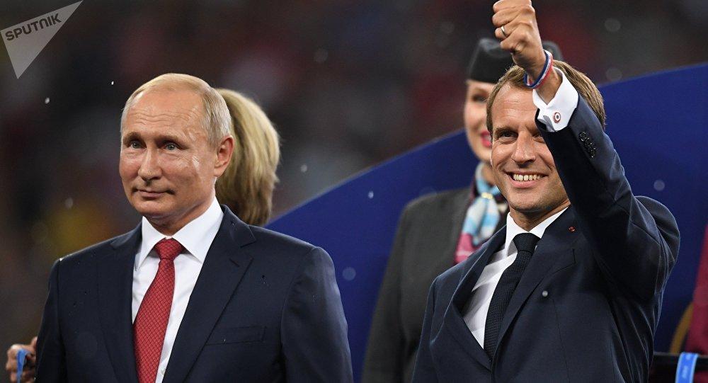 Le président Vladimir Poutine et le président français Emmanuel Macron (à droite) lors de la cérémonie de remise des prix