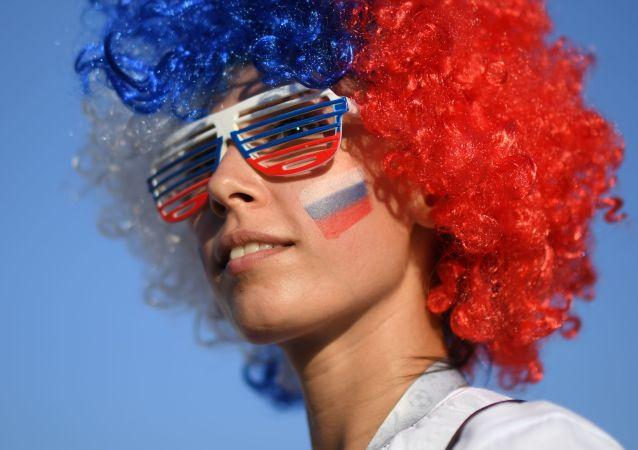 Une femme en couleurs du drapeau russe