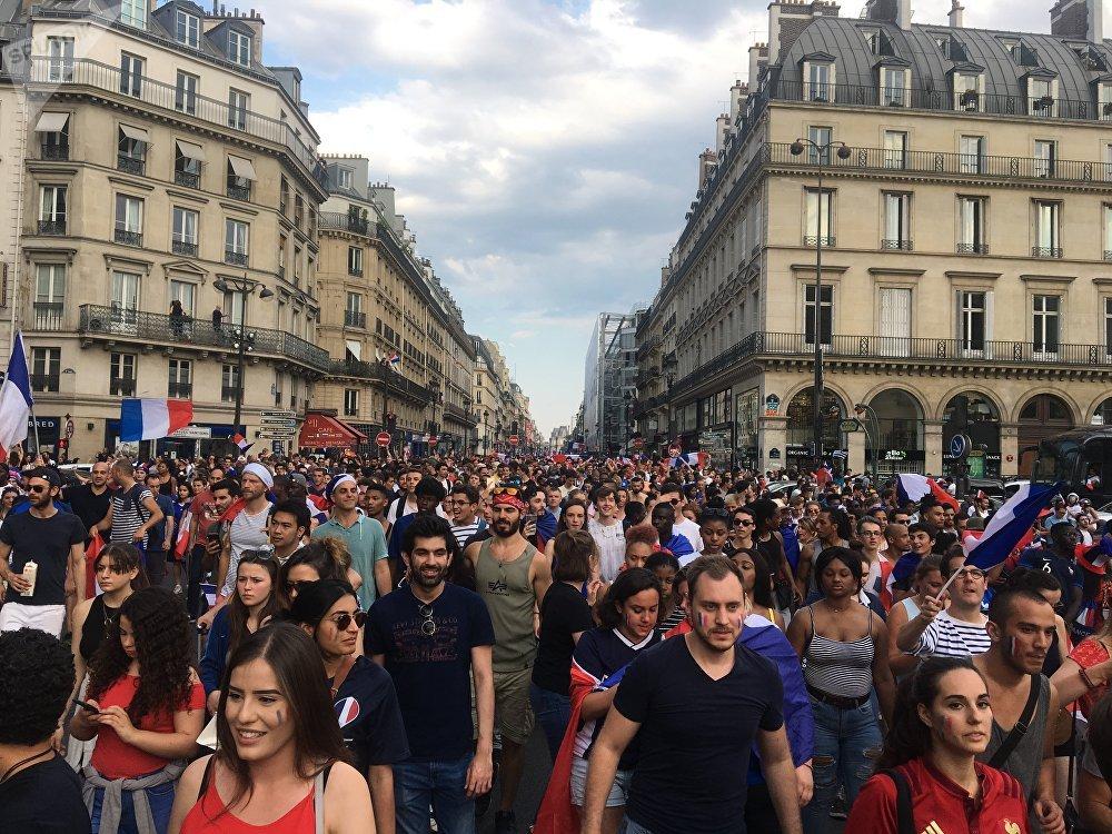 La population s'est rassemblée sur les Champs-Élysées.