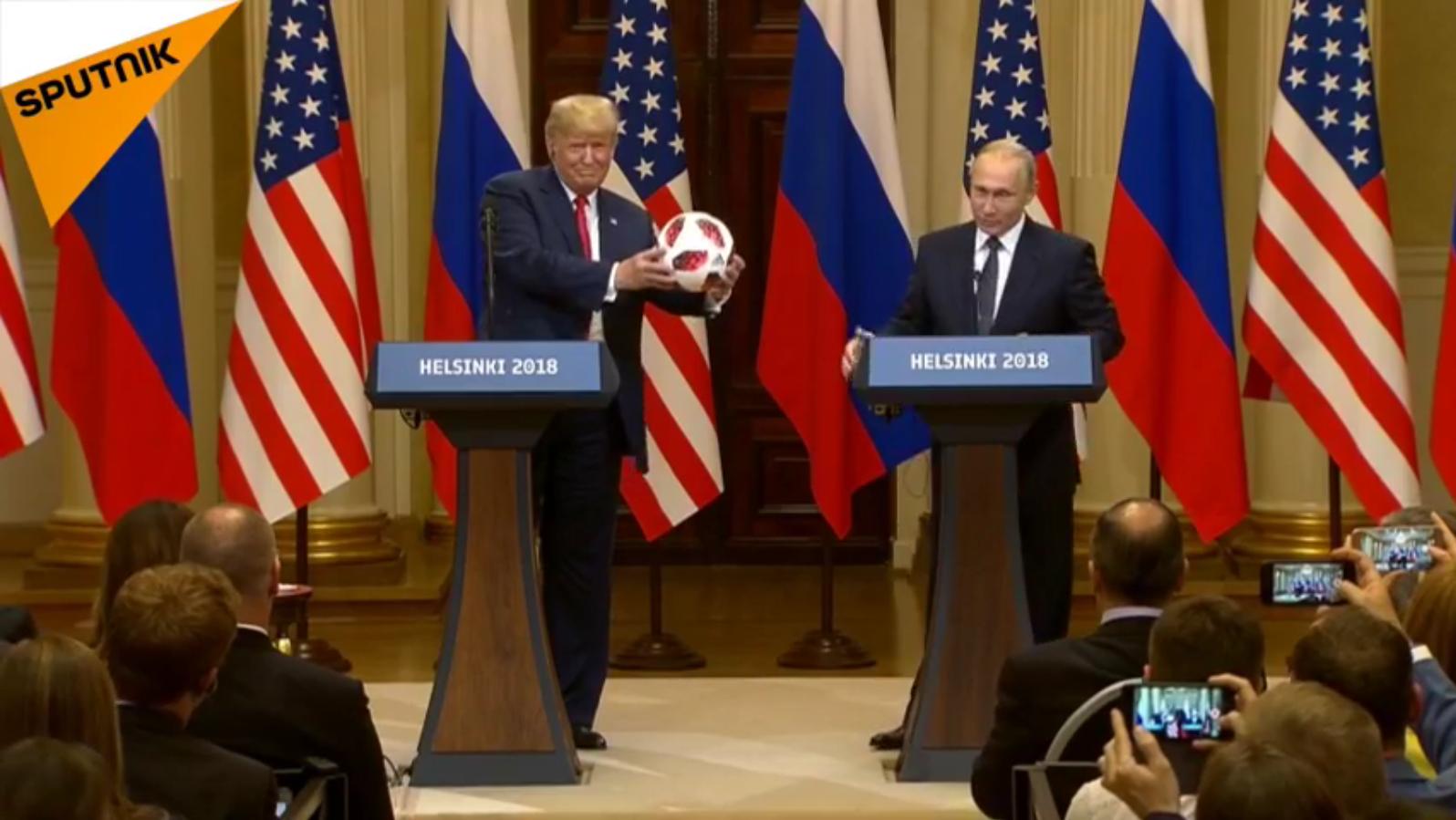 Vladimir Poutine offre un ballon du Mondial 2018 à Donald Trump