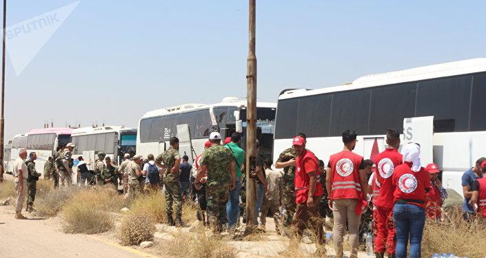Des membres des groupes radicaux qui avaient refusé de se rendre aux troupes syriennes ont commencé le 15 juillet à se retirer de la ville de Deraa libérée trois jours plus tôt.