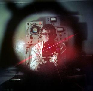 Un ingénieur travaille avec le générateur quantique. 1969.