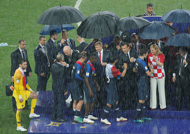 La remise des médailles aux Bleus