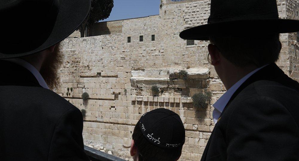 Un immense rocher se détache du Mur des Lamentations