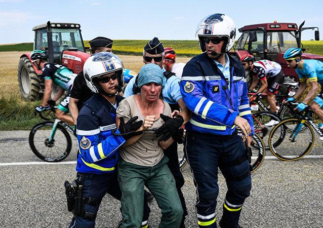 Tour de France arrêtée après manifestation des agriculteurs