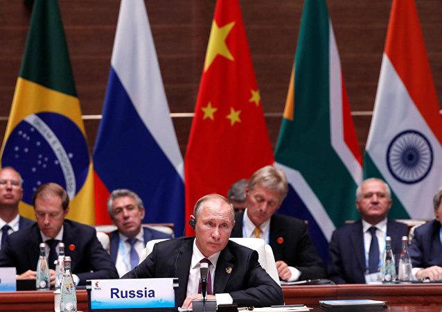 Quel profit pourraient tirer les BRICS de la «guerre commerciale» de Trump?