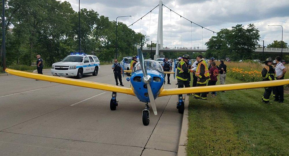 États-Unis: un avion se pose sur une rue animée