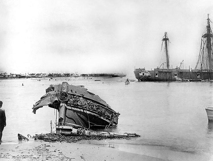 Le navire SMS Eber après le passage du cyclone d'Apia en 1889