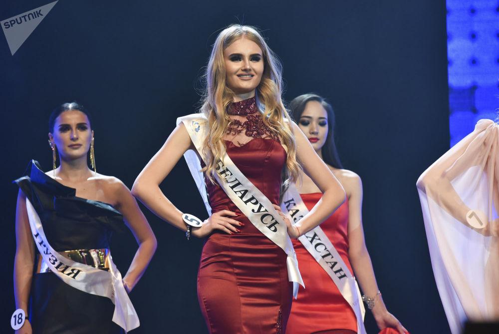 Les finalistes et la gagnante du concours de beauté Miss CEI 2018