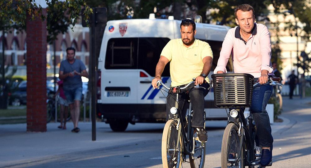 Pour surfer sur Tinder, Alexandre Benalla se serait servi de photos avec... Emmanuel Macron