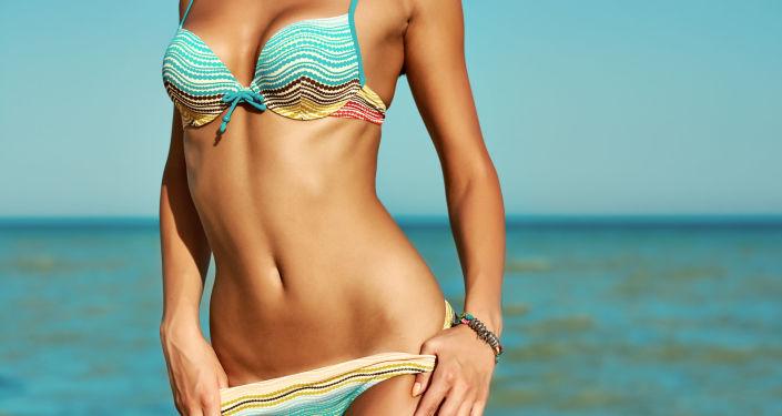 Une femme en bikini.