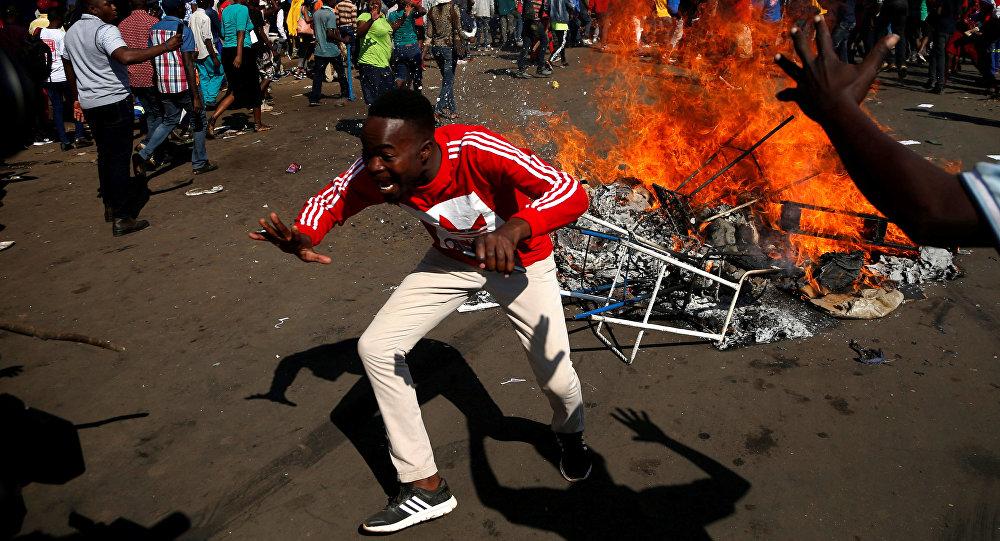 Zimbabwe: gaz lacrymogènes et tirs à balle réelle dans les rues de la capitale, un mort