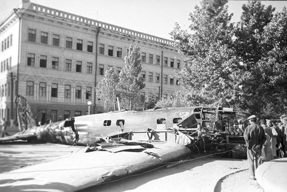 Un bombardier allemand sur la place centrale. Stalingrad, août 1942.