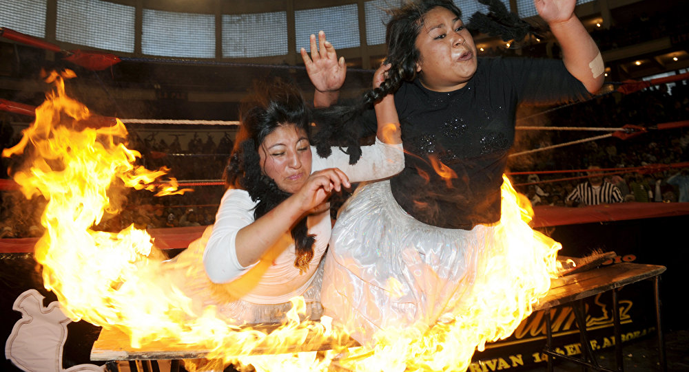 Catch féminin: des indigènes boliviennes en jupe mettent le feu au ring
