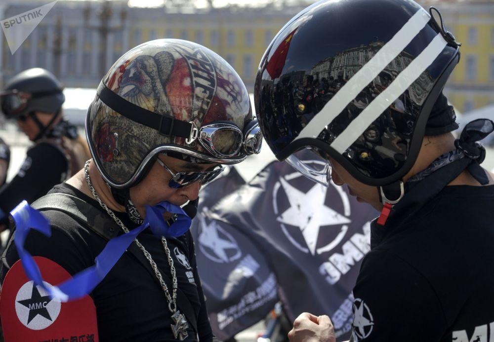 Le défilé international de motards à Saint-Pétersbourg