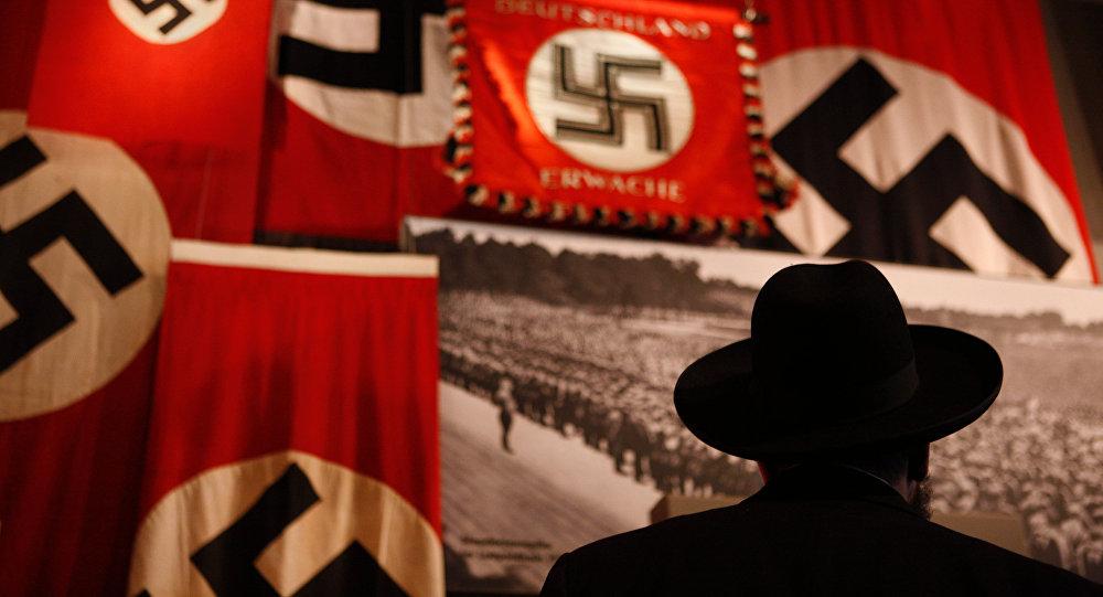 Nazi-Standards in einer Ausstellung