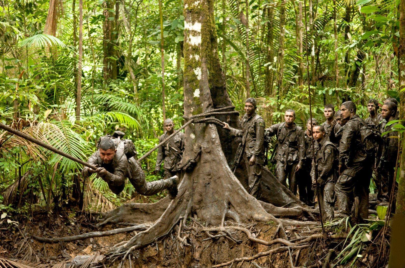 Guyane française: un Indien apprend à ses camarades de l'armée à survivre dans la jungle
