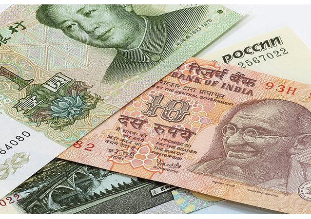 Le yuan et la roupie