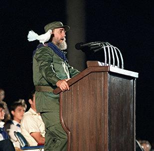 Fidel Castro s'adresse aux jeunes lors des célébrations marquant le 30e anniversaire de la révolution cubaine. La Havane, le 8 janvier 1989.