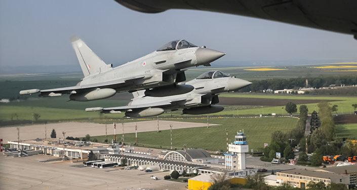 Des chasseurs Eurofighter Typhoon de la Royal Air Force survolent la base Mihail-Kogalniceanu en Roumanie