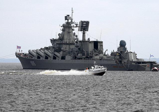 Le croiseur lance-missile Maréchal Oustinov
