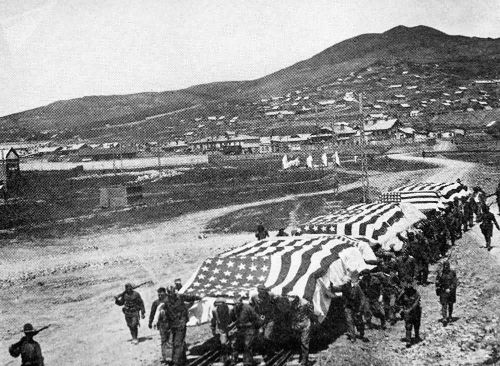 Des soldats américains transportant des plateformes avec des corps de soldats tués dans les combats en Extrême-Orient pour ensuite les envoyer aux États-Unis, 1920