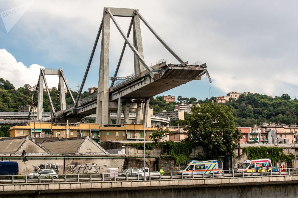 Sur le site de l'effondrement du pont automobile Morandi de Gênes.
