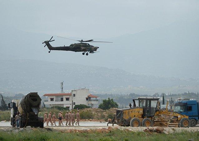 Un hélicoptère Mi-28N au-dessus de la base de Hmeimim en Syrie