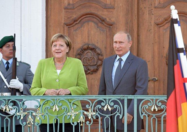 Vladimir Poutine et Angela Merkel au château de Meseberg