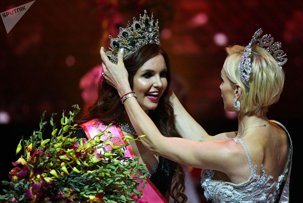 Ksénia Andreeva (Saint-Pétersbourg) (à gauche) lors du concours de beauté national Madame Russie 2018 dans la salle de concert Planeta KVN à Moscou.
