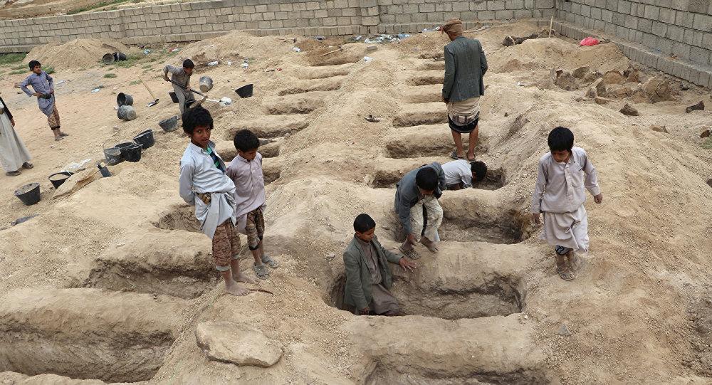 des tombes préparées pour les victimes de la frappe aérienne de jeudi dans la province de Saada