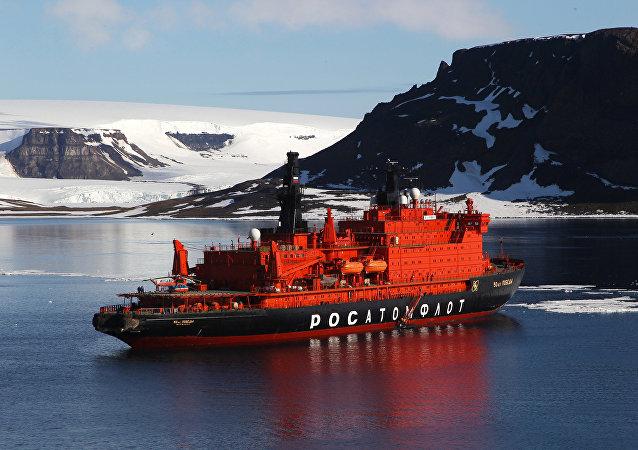 Le brise-glace nucléaire 50 Let Pobedy près de la terre François-Joseph