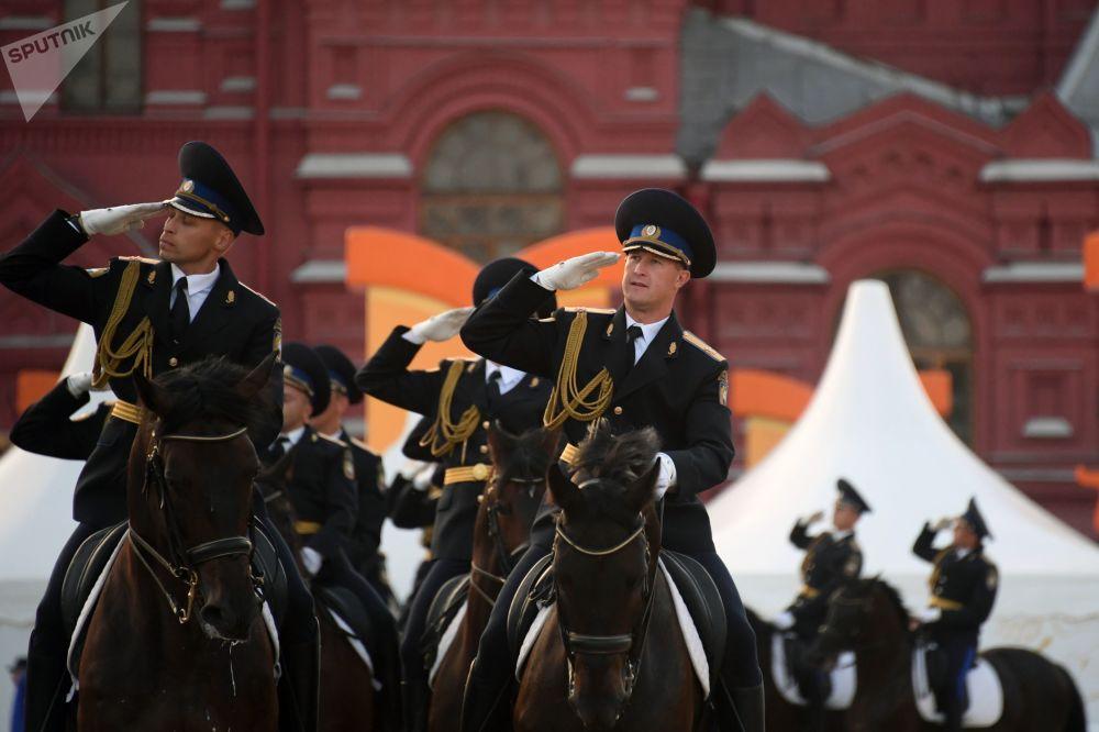 L'Escorte d'honneur de cavalerie du Régiment présidentiel se produit sur la place Rouge lors du festival international de musique militaire Tour Spasskaïa 2018.